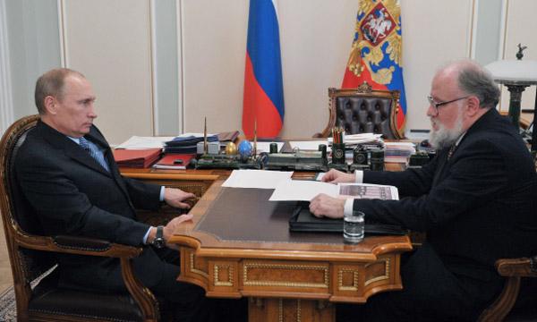 Президент России Владимир Путин в Ново-Огарево беседует во время встречи с председателем Центральной избирательной комиссии РФ Владимиром Чуровым. Фото: ER.RU