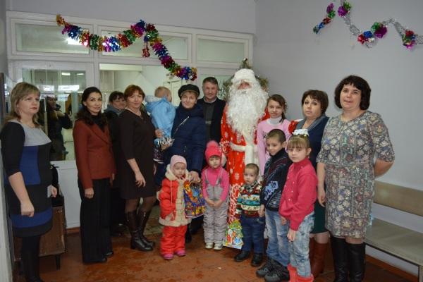 Единороссы Касторенского района поздравили детей в поликлиниках с новогодними праздниками