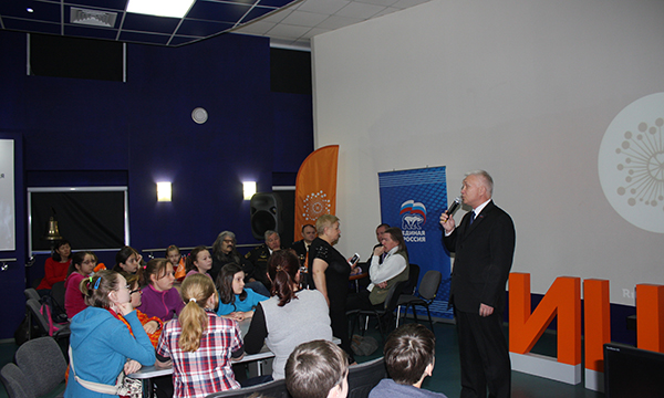 Партийцы Мурманска в канун Дня памяти и скорби провели акцию «Историческая гостиная»