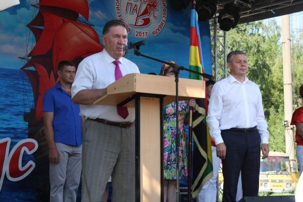 """В Курске единороссы приветствовали участников фестиваля """"Алый парус"""""""