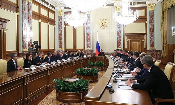 Медведев: руководство РФвпоследний раз внесет бюджет вбумажной форме