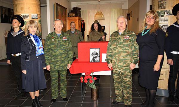 Подмосковные партийцы передали останки погибшего в ВОВ солдата его потомкам