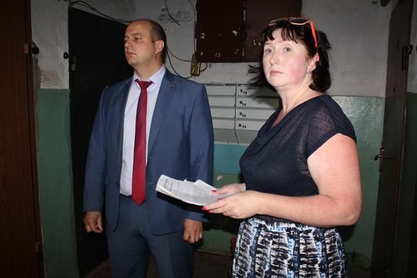 Евгений Маслов помог в ремонте подъездов дома в поселке Косиново