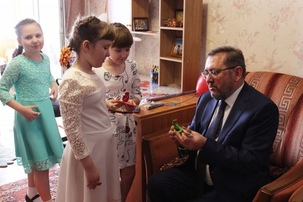 Единоросс Сергей Кретов вручил  подарки железногорской тройне