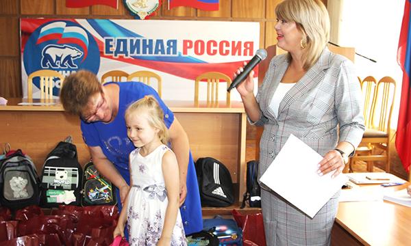 Партийцы помогли кизлярским семьям собрать детей в школу