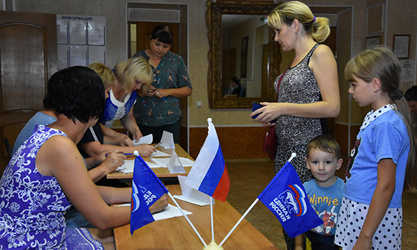 Чаплыгинские партийцы помогли собрать первоклассников в школу