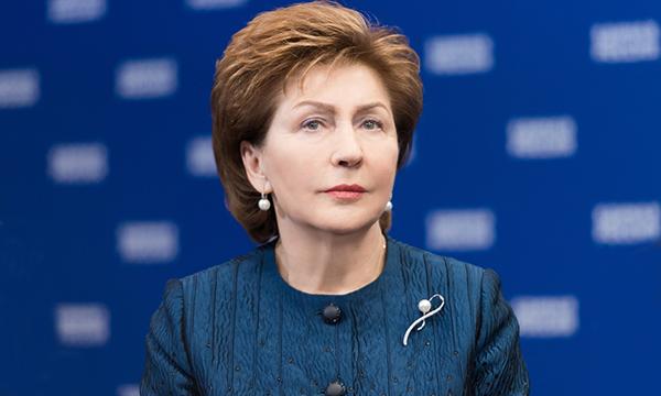 Карелова поздравила общественные приемные ЕР с Новым годом