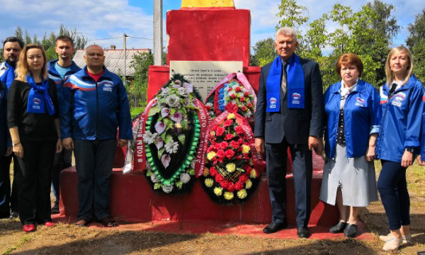 Великолукские партийцы привели в порядок братское захоронение железнодорожников