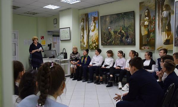 Волгоградские школьники посетили выставку картин «Война на холсте - память поколений»