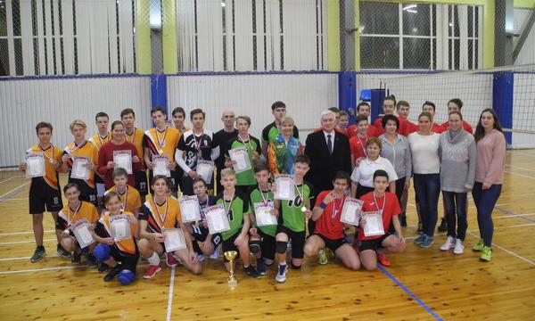 Мурманские партийцы организовали волейбольный турнир