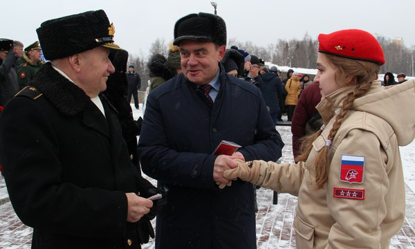 В День защитника Отечества пензенские единороссы вручили памятные знаки участникам акции «Парад памяти»