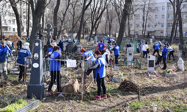 Единороссы и молодогвардейцы навели порядок на Евдокиевском кладбище в Липецке