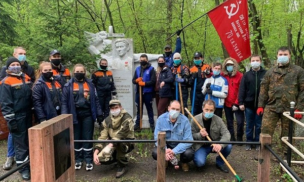 Активисты благоустроили могилы героев-кузбассовцев