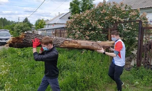 Активисты помогли ветерану из Кемерово навести порядок во дворе частного дома