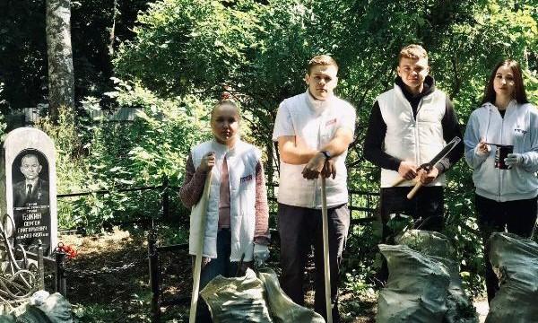Тульские волонтеры привели в порядок могилу Героя Социалистического Труда
