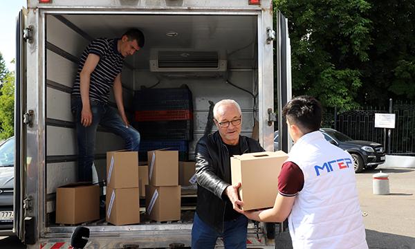Врачам больницы №31 в Москве передали продуктовые наборы