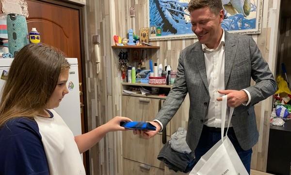 Александр Козлов передал многодетной семье школьные принадлежности к 1 сентября
