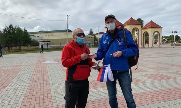 Единороссы Югры в День Российского флага раздали более 500 поздравительных открыток и около тысячи флажков «триколор»