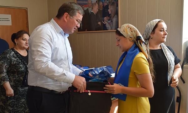 Пятнадцати детям из Карабудахкентского района помогли собраться в школу