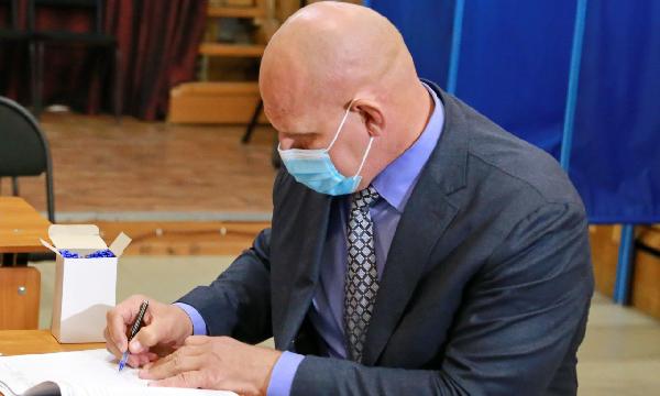 Александр Карелин проголосовал на выборах в Новосибирской области
