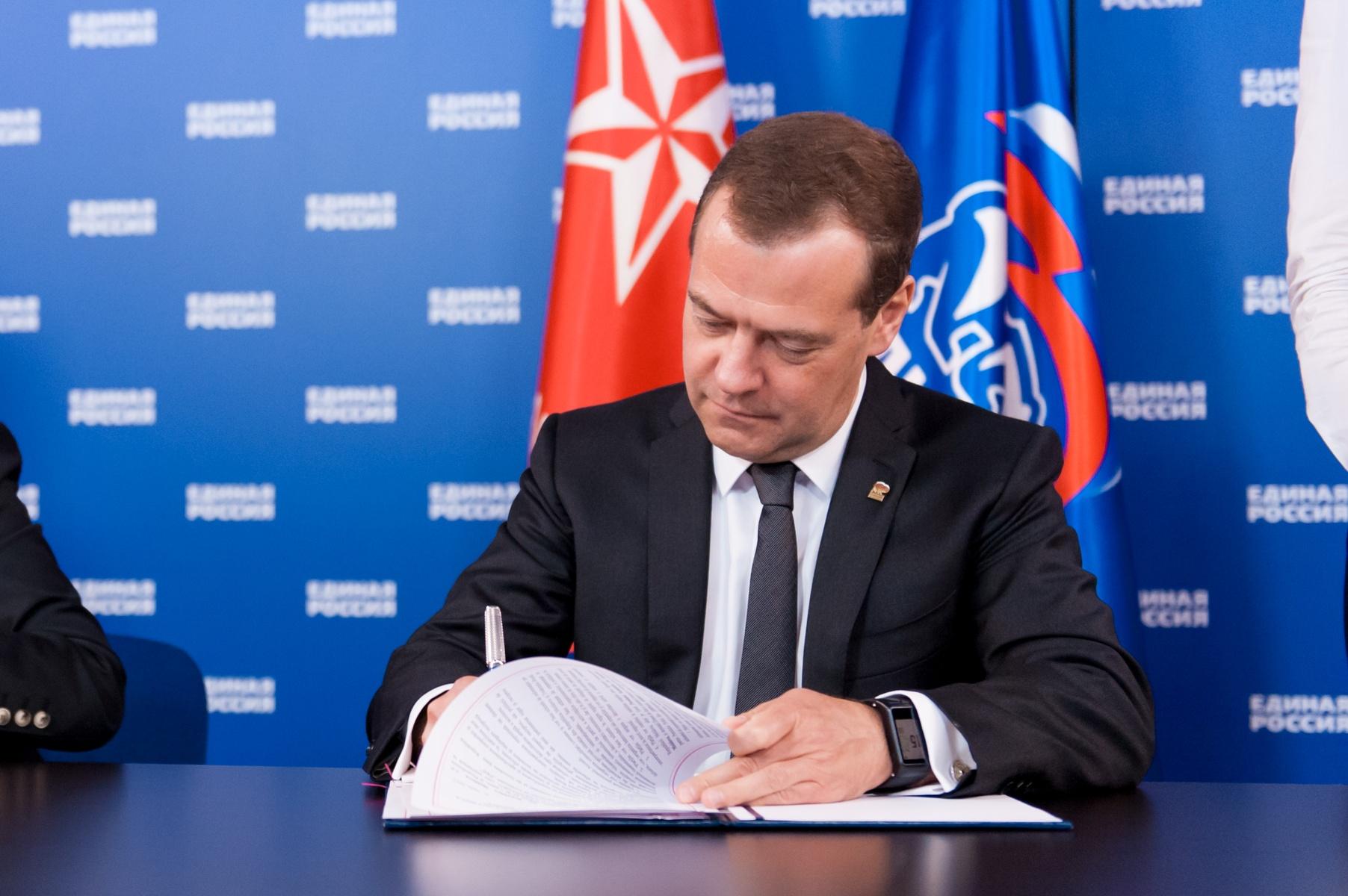 Председатель партии Единая Россия Д.А. Медведев подсчитывает барыши? Фото из официального сайта партии Единая Россия.